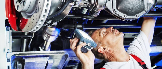9666338lpw-9666383-article-motor-mechanic-inspecting-the-engine-of-a-car-jpg_4472042_660x281.jpg